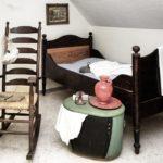 Schaukelstuhl neben Bett